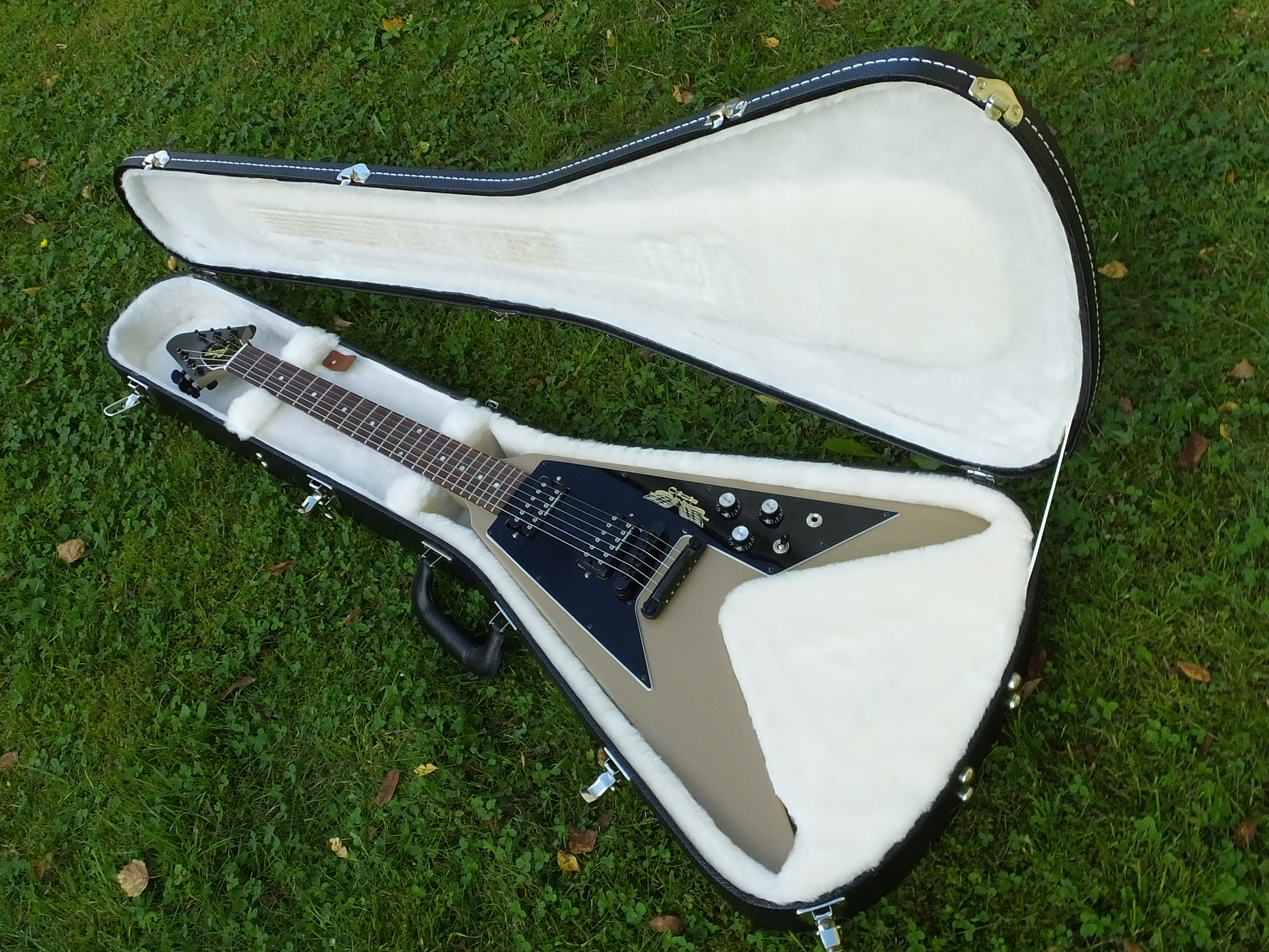 Gibson Flying-V Government Series II Tan 2013 001.jpg